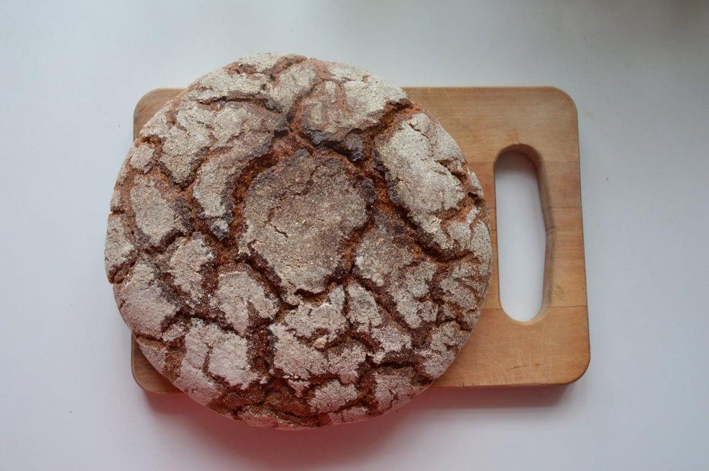 Vasta leivottu ruisleipä puisen leikkuulaudan päällä