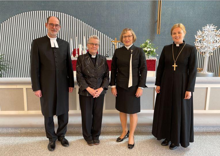 Kuvassa lääninrovasti Heimo Hietanen, rovasti, avustava liturgi Reija Nordström, kirkkoherra Helena Kuusiranta ja piispa Mari Leppänen.