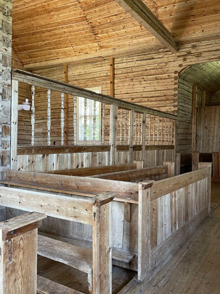 Kuva Seilin kirkosta, jossa on aidalla rajattu sairaiden puoli.