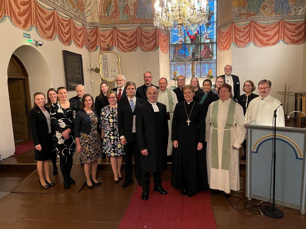 Kirkkoherran virkaan asettamisen toimittajat ryhmäkuvassa.